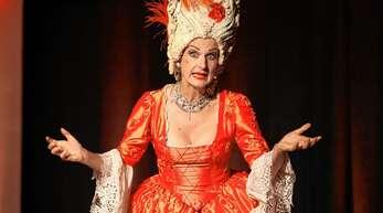 Opernparodie im prachtvollen Gewand: Annette Postel verzückte das Publikum in Achern.