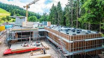 Mit seiner an übereinandergefallene Baumstämme erinnernden Form soll sich das Besucherzentrum des Nationalparks Schwarzwald trotz einer Nutzfläche von 3000 Quadratmetern in die Landschaft am 900 Meter hohen Ruhestein einschmiegen.