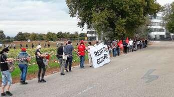 Gegen einen drohenden Abbau von Arbeitsplätzen haben am Donnerstag rund 650 Menschen bei Bosch in Bühl demonstriert, indem sie eine Menschenkette gebildet haben.
