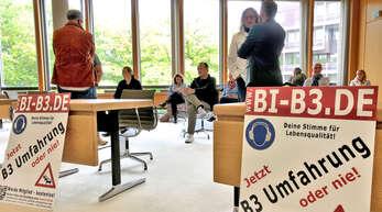 Ihre Forderung nach einer Umfahrung der B3 zwischen Ringsheim und Lahr unterstrichen Besucher der Sitzung des Umwelt- und Technik-Ausschusses im Landratsamt Ortenaukreis am Dienstag mit Transparenten.
