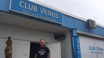 "Michael Hetzel vor dem ""Club Venus"" in Offenburg."