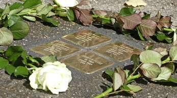 Blumen schmücken die Stolpersteine, die die jüdische Familie nun auf dem Zeit-Areal ehren.