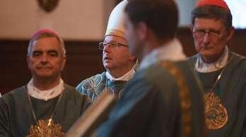 Bischofskonferenz in Fulda. In der Mitte der Vorsitzende, Georg Bätzing; rechts der Kölner Kardinal Rainer Maria Woelki, und links der Gesandte des Papstes, Nikola Eterovic.