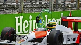 Ayrton Senna feiert in der haushoch überlegenen McLaren-Flunder 1988 seinen Heimsieg in Sao Paulo – und danach seinen ersten von drei WM-Titeln.