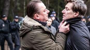 Wallat (Peter Kurth, li.) geht Hagenow (Tobias Moretti) hart an.