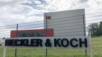 Waffenschmiede Heckler & Koch legt Rüge gegen die Entscheidung ein, dass ihr Konkurrent Haenel das neue Sturmgewehr der Bundeswehr bauen soll. Am Eingang der Firmenzentrale des Waffenherstellers Heckler & Koch in Oberndorf steht der markante Schriftzug mit dem Firmennamen.
