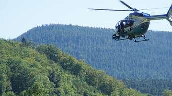 Ein N145-Hubschrauber der Polizei transportiert während der Fahndung nach einem Flüchtigem Beamte des Spezialeinsatzkommandos in Oppenau.