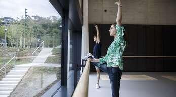 Die Ballettsäle der neuen Cranko-Schule sitzen wie Staffeln am Hang. Katia und Ivan, zwei Schüler der weltberühmten Ballettschule, haben uns durch das Haus geführt, unsere Bildergalerie lädt ein zum Rundgang ein.