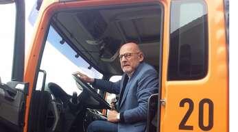 Minister Hermann beim Besuch der Autobahnmeisterei Ludwigsburg.
