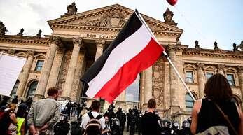 Die Flagge in den Farben schwarz-weiß-rot wird häufig von Rechtsextremen verwendet.