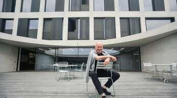 Tadeusz Matacz sitzt auf der Terrasse, die vor der Mensa und dem Internat der neuen John-Cranko-Schule liegt.