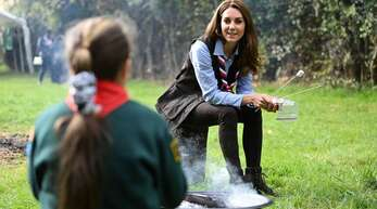 Geröstete Marshmallows isst auch ein Royal gern: Herzogin Kate war bei einer Pfadfindergruppe zu Besuch.
