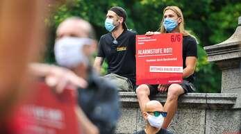 Im August haben bundesweit Demonstrationen der Veranstaltungswirtschaft stattgefunden, um auf die Notlage der Branche aufmerksam zu machen. Das Bild zeigt eine Kundgebung auf dem Karlsplatz in Stuttgart.