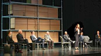 Fiktive Sitzung des Ethikrates auf der Bühne.