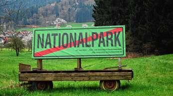 Mit Schildern wie diesem in Baiersbronn wurde gegen den Nationalpark Schwarzwald protestiert. Nach der Gründung 2014 wurde der Widerstand nach und nach eingestellt.