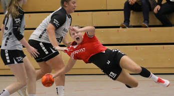 Die zupackende Spielweise in der BW-Oberliga bekommt hier die Schutterwälder Spielmacherin Selina Margull zu spüren.