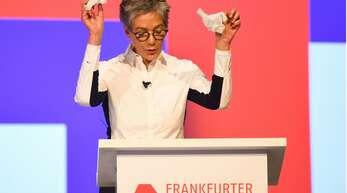 Ohne Schutzhandschuhe läuft in diesem Jahr in Frankfurt gar nichts: Karin Schmidt-Friderichs bei der Eröffnung der Buchmesse.