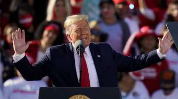 Donald Trump hat bei einer Wahlkampfveranstaltung fragwürdige Thesen aufgestellt.