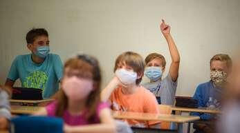 Wenn die Schulen trotz der Corona-Krise geöffnet bleiben sollen, müssen die Klassen kleiner werden. Das fordert der Deutsche Lehrerverband.