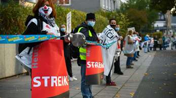 Für mehr Gehalt auf der Straße: Verdi-Warnstreik vor dem Klinikum Stuttgart.