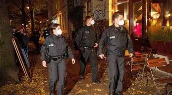 Sperrstunden-Kontrolle in Berlin: In zahlreichen Corona-Hotspots müssen Gaststätten bereits am Abend schließen. Jetzt könnten die Regeln noch einmal verschärft werden – nicht nur für die Gastronomie.