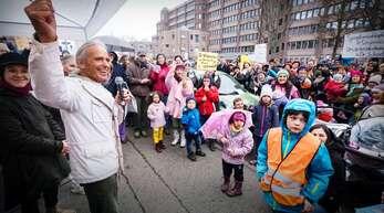Wolfgang Scheel ist offenbar ein beliebter Arzt, im Februar sind viele Patienten für ihn auf die Straße gegangen, um ihm den Rücken zu stärken.