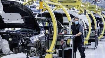 Motorenproduktion in Untertürkheim: Die Automobilbranche wird sich in und nach der Coronakrise langsamer als andere Branchen erholen.