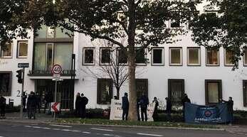 Schon eine Stunde vor Prozessbeginn haben sich in Heilbronn Unterstützer der zwei Angeklagten versammelt.