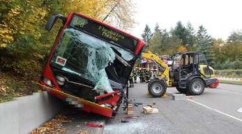 Der Radlader war am Mittwoch in Dettenhausen in den Bus gekracht.