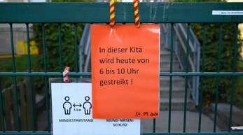 Derlei Schilder hängen in diesen Wochen immer wieder an Kindertagesstätten.