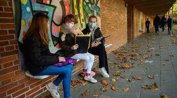 Bei ausreichendem Abstand dürfen Schüler auf dem Hof die Maske jetzt wieder ablegen.
