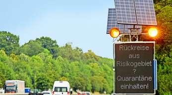 Hinweise an den Autobahnen erinnern an die Quarantänepflicht.