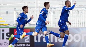 Die Karlsruher Kyoung-rok Choi und Marvin Wanitzek freuen sich mit Torschütze Daniel Gordon (v. l.) über dessen frühen Treffer zum 1:0-Sieg gegen den SC Paderborn.