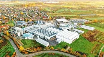 Am 1. Dezember 1970 gründete Egon Ernst das Unternehmen Ernst Umformtechnik, inzwischen gibt es neben dem Stammsitz in Zusenhofen noch drei andere Standorte in Frankreich, den USA und China.