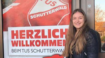 Marie Lipps vor dem Eingang der Mörburghalle Schutterwald, wo sie mit dem Handball begonnen hat.