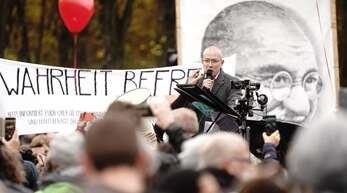 Der AfD-Bundestagsabgeordnete Hansjörg Müller spricht bei einer Demonstration gegen die Corona-Maßnahmen.