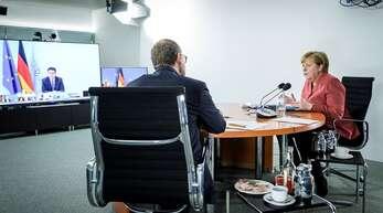 Bundeskanzlerin Angela Merkel und Berlins Regierender Bürgermeister Michael Müller, der derzeitige Vorsitzende der Ministerpräsidentenkonferenz, besprechen per Video die Corona-Lage.