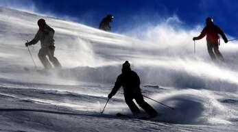 Skifahrer fotografiert bei der Abfahrt in Val D'isere in Frankreich: Die französische Regierung will den Wintersport dieses Jahr zulassen. (Archivbild)
