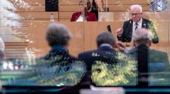 Die Opposition vermisst eine Corona-Strategie, Ministerpräsident Winfried Kretschmann hielt am Donnerstag im Landtag dagegen.