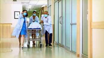 In der Zeit des Lockdowns im Frühjahr wurde bundesweit der Krankenhausbetrieb stark runtergefahren, um Intensivbetten für die Versorgung von Covid-19-Patienten frei zu halten.