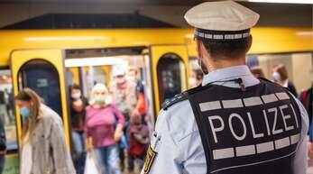 Die Polizeibeamten sind in der Pandemie viel gefordert – daher sollen sie eine Sonderprämie erhalten, meinen der Innenminister und die Polizeigewerkschaft.