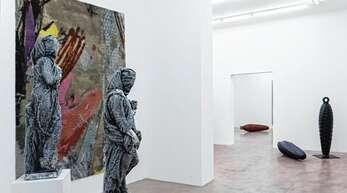 Skulpturen und Gemälde geben einen Einblick in das Werk von Stefan Strumbel.