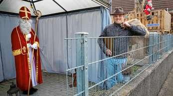 Hexen-Zunftmeister Sven Schaller hat einen eigenen Nikolaus auf seinem Hof stehen. Die Figur des Knecht Ruprecht muss er vorerst noch selbst ausfüllen.