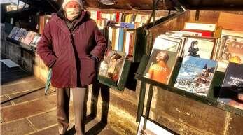 Die Buchverkäuferin Marie-Christine Thieblement ist eine von 227 Bouquinistes in Paris. Seit Jahrzehnten verkauft sie ihre Kunstbücher an der Seine, die die Pandemie macht ihr das Leben besonders schwer.