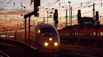 Bis 2026 will die Bahn insgesamt 8,5 Milliarden Euro in neue und modernisierte ICE- und Intercity-Züge investieren.