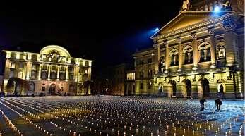 Aktivisten entzünden auf dem Bundesplatz in Bern knapp 5000 Kerzen zum Gedenken an die Corona-Toten.