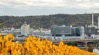 Die Daimler-Konzernzentrale in Stuttgart-Untertürkheim: Der Autobauer zahlt nun doch einen Corona-Bonus.