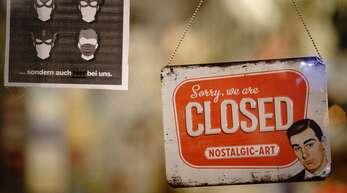 """Das Schild mit der Aufschrift """"Sorry we are CLOSED"""" hängt in einem Buchladen in Berlin hinter einer Tür. In Deutschland tritt zur Eindämmung der Corona-Pandemie der harte Lockdown in Kraft. Die meisten Geschäfte, Schulen und Kitas werden dafür geschlossen."""