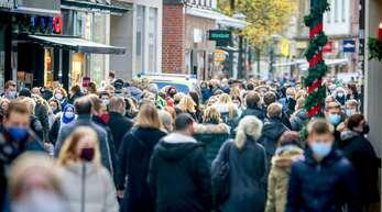 Volle Einkaufsstraßen vor Weihnachten: Trotz steigender Zahlen drängen sich in vielen Fußgängerzonen noch die Menschen.