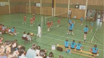 Zum Beginn der Städtepartnerschaft: In der Nordwesthalle traten die Volleyballmannschaften aus Offenburg und Altenburg gegeneinander an. die Offenburger spielten in roten, die Altenburger in blauen Trikots.